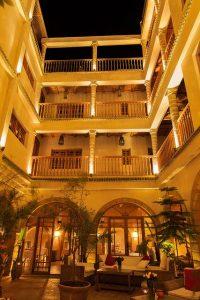 hogar-tradicional-riad-patio-arabe-arcos-balcones-luces-plantas