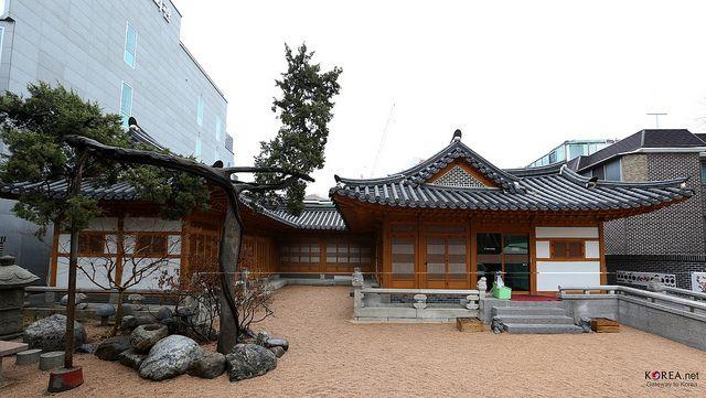 tipos-casas-mundo-hanok-corea-jardin-arena-arbol-edificio