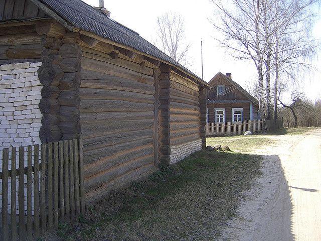 hogar-izba-rusia-madera-ladrillo-camino-arboles