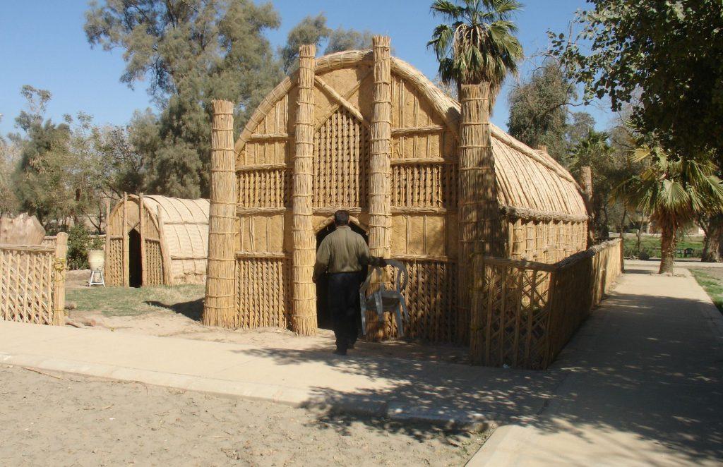 tipos-casas-mundo-mudhif-irak-cana-hombre-palmeras