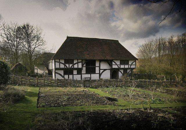 tipos-casas-mundo-wealden-hall-house-tejado-pared-blanca-huerto-arboles-cielo-nubes