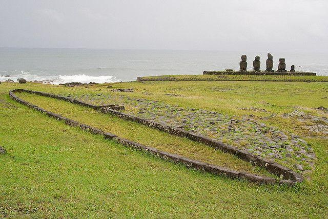 tipos-casas-mundo-hare-paengamar-estatuas-piedra-prado-verde