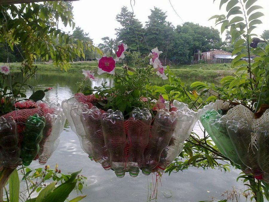 Reutiliza las botellas para crear maceteros tan originales for Jardines colgantes con material reciclado