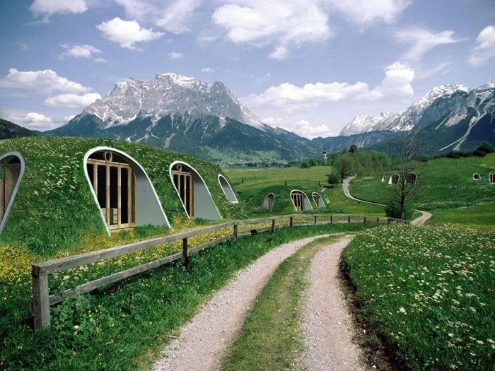camino montañas casas tejado vegetal ecologicas baratas integradas prados verdes