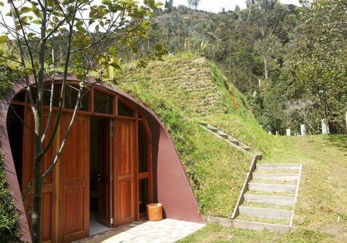 casa tejado vegetal ecologica barata integrada entrada escalera exterior