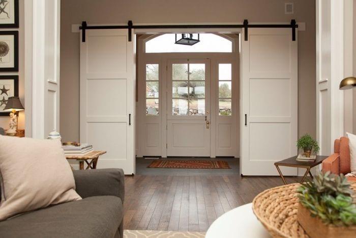 puerta-corrediza-blanca-madera-doble-herraje-negro-entrada-suelo-parquet