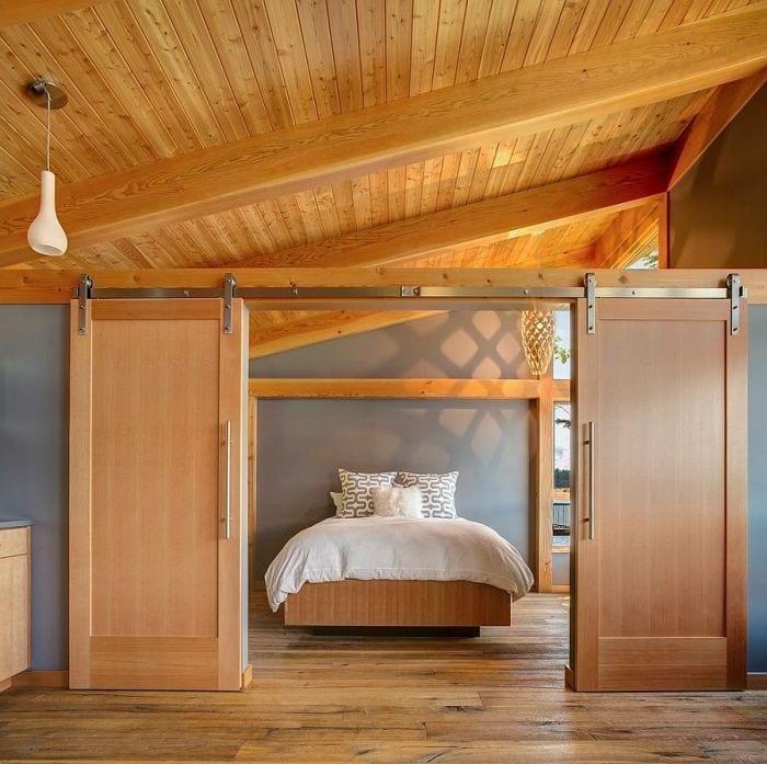 instalacion-puertas-correderas-dobles-madera-techo-inclinado-cama-matrimonio