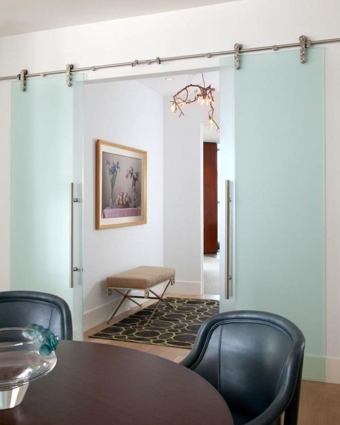 puerta-corredera-doble-cristal-cuadro-mesa-sillas