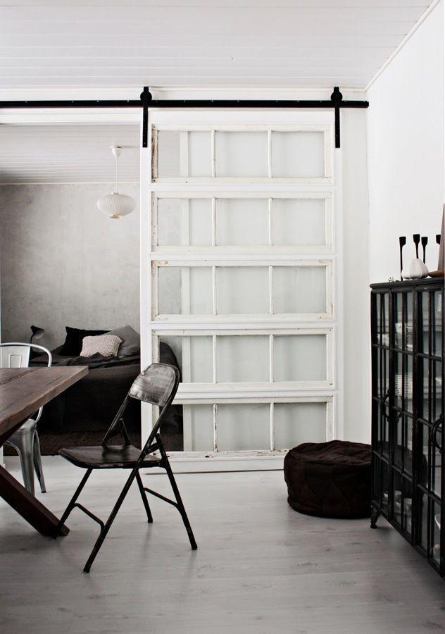 materiales-variados-puerta-corredera-blanca-muebles-negros