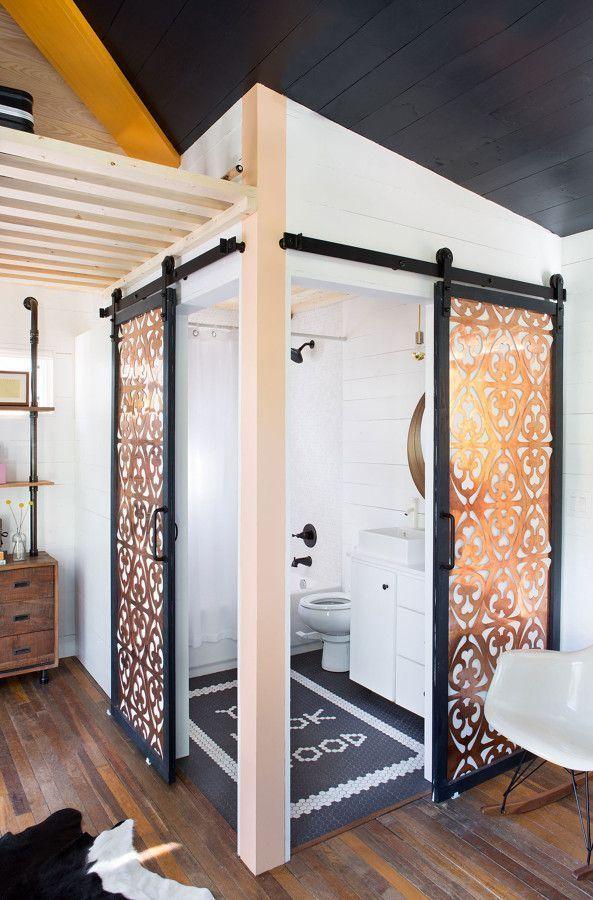 puertas-esquina-guia-corredera-madera-grabada-lavabo-altillo