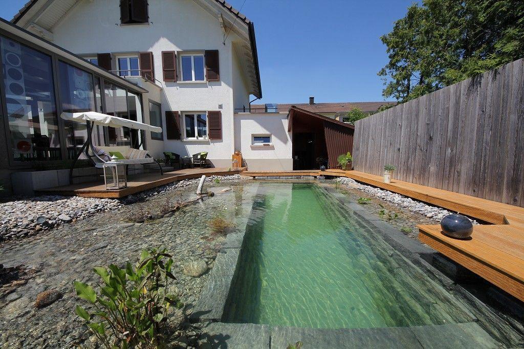 piscina natural piedras suelo madera casa destacada