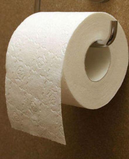 Por qué nunca debes forrar con papel higiénico un baño público