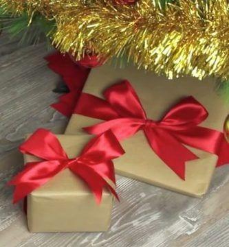 aprende hacer lazo perfecto regalos paquetes envueltos papel lazos rojos arbol navidad destacada