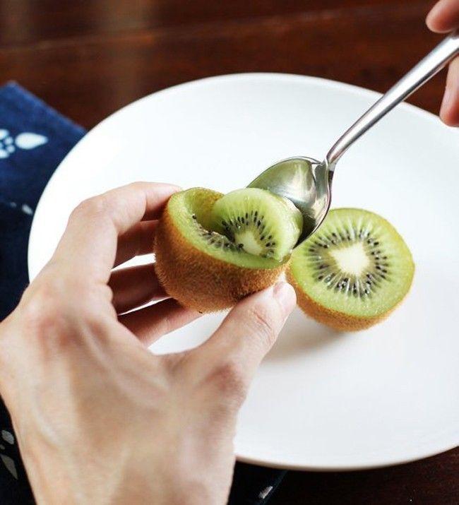 pelar y cortar kiwi