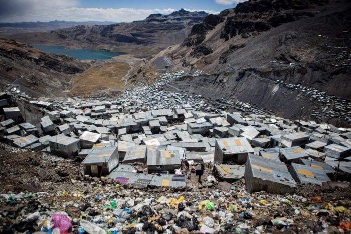 Razones-para-vivir-en-una-Earthship-materiales-reciclados