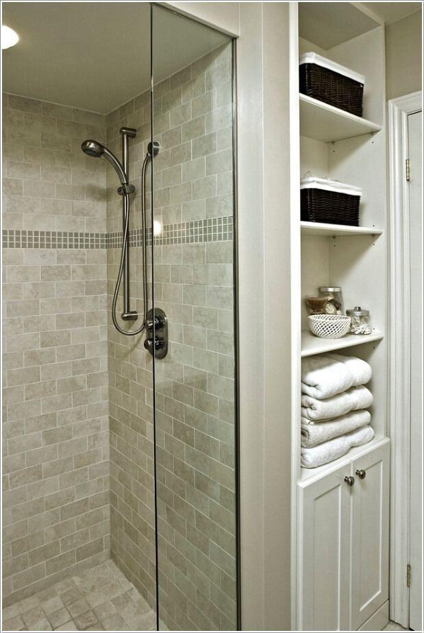 10 maneras originales de guardar y organizar tus toallas for Estante porta toallas para bano