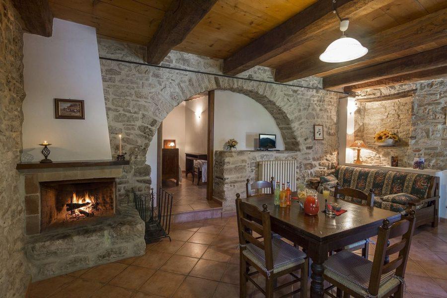 elementos-basicos-decoracion-diseno-interior_chimenea_fuego-arcada-piedra