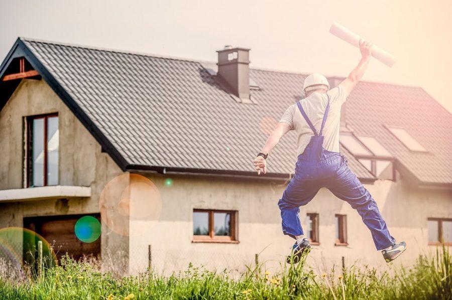 bricolaje-beneficios-recomendaciones-tipos-casa-obrero-saltar-contento