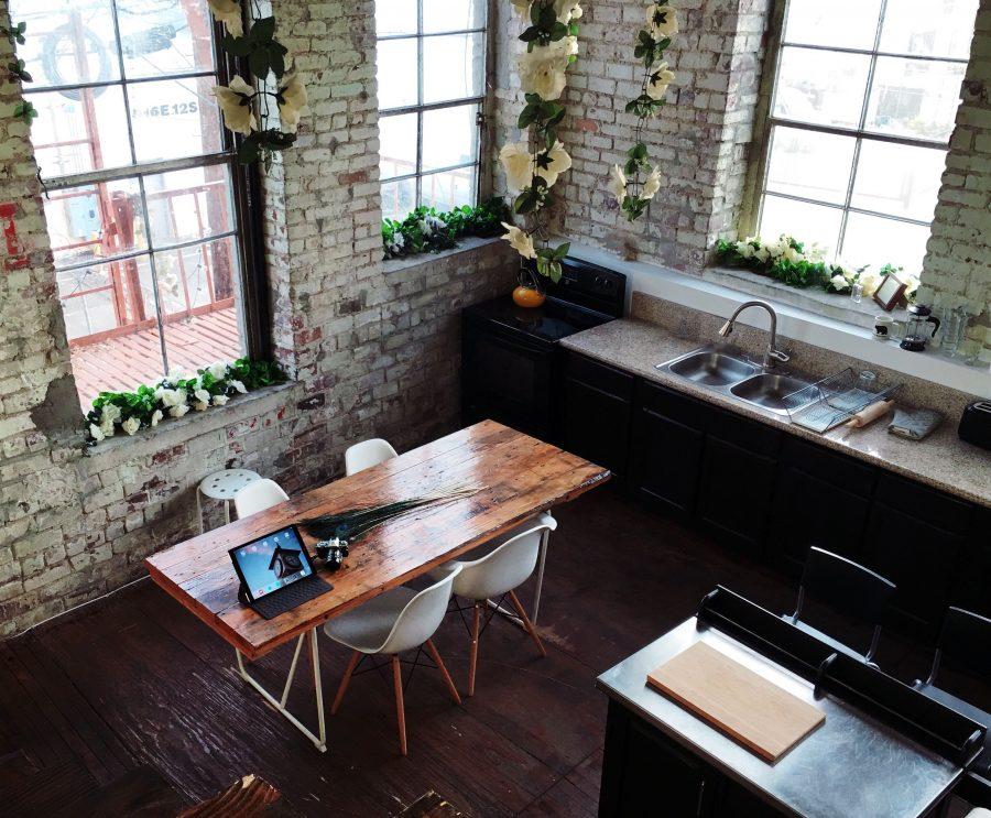 todo-tiny-house-oficina-cocina-ventana-luz-mesa
