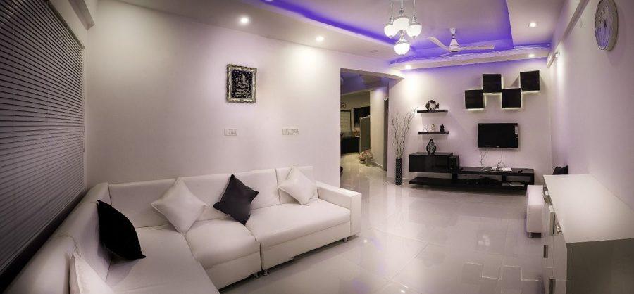 claves-estilos-salones-modernos-luz-violeta-sofa