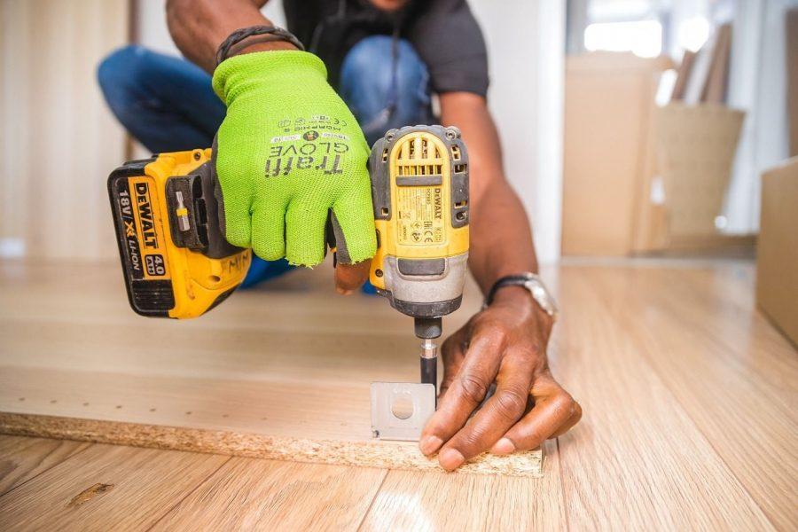 bricolaje-beneficios-recomendaciones-tipos-taladro-manos-suelo