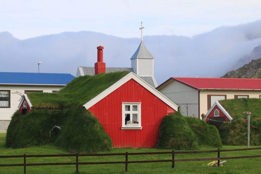todo-movimiento-tiny-house-roja-tejado-verde-iglesia-montana