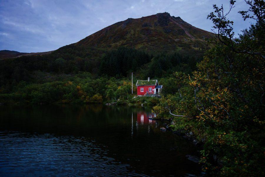 todo-movimiento-tiny-house-lago-noche-montana-casita-luz