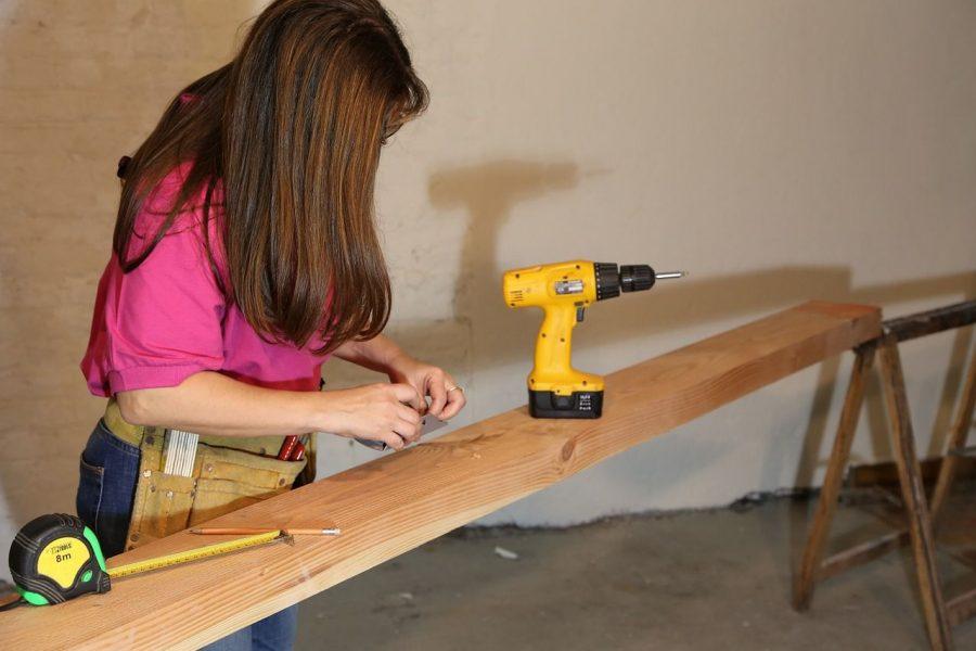bricolaje-beneficios-recomendaciones-tipos-mujer madera-taladro