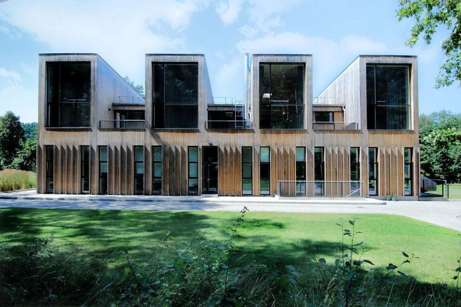 beneficios-criterios-construccion-casa-ecologica-fachada-sol-ventanales-puertas