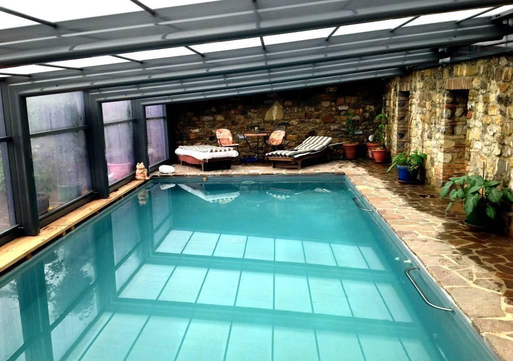 claves-elegir-cubierta-piscina-pared-piedra-plantas-luz