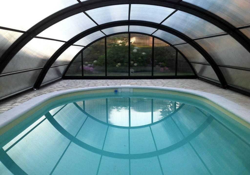 claves-elegir-cubierta-piscina-plantas-arco-luz