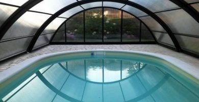 claves-elegir-cubierta-piscina-plantas-arco