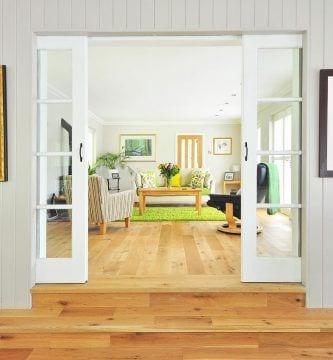 secretos-aprovechar-espacios-casa-recibidor-sala-puertas-correderas-sofa-parquet
