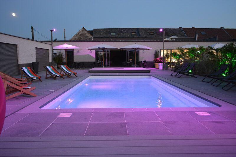 piscina-prefabricada-poliester-noche-luces-violetas