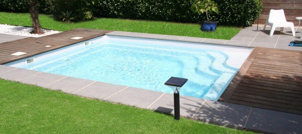 piscina-prefabricada-luces-escaleras-hierba