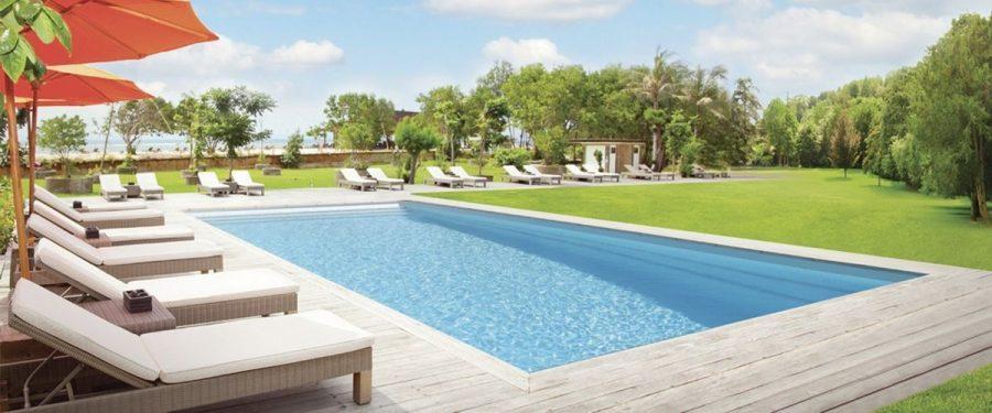 piscina-poliestre-tumbonas-jardin-arboles