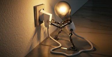 cambiar-instalacion-electrica-bombilla-encendida-patas-enchufe